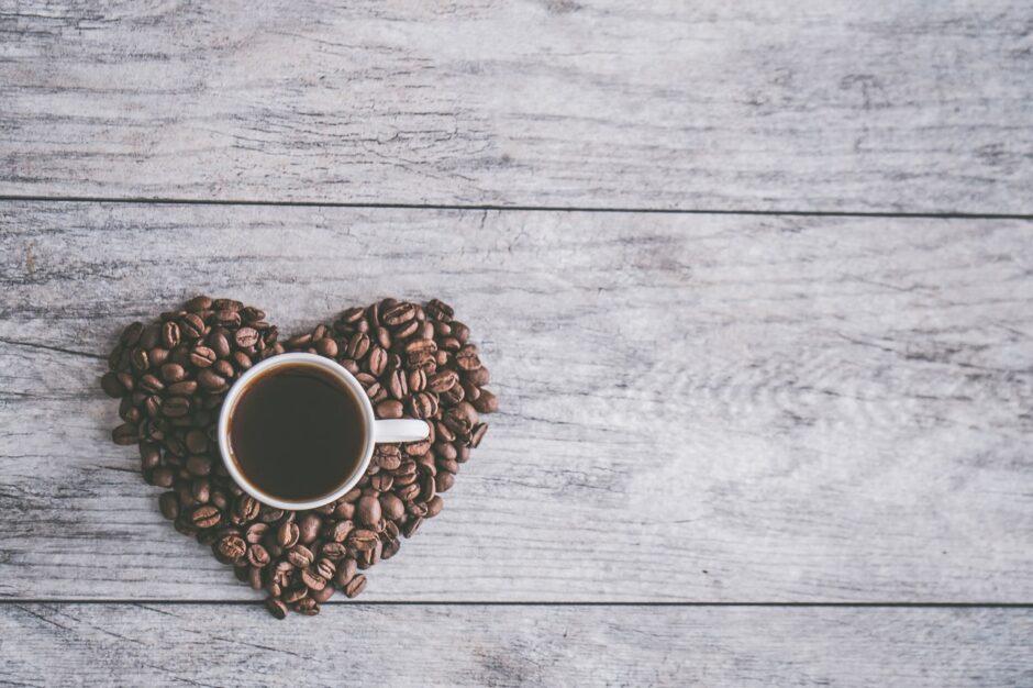 kubek w sercu z ziarenek kawy